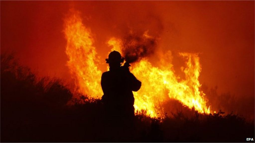 south african firefighters battle blaze on cape town mountains bbc news. Black Bedroom Furniture Sets. Home Design Ideas