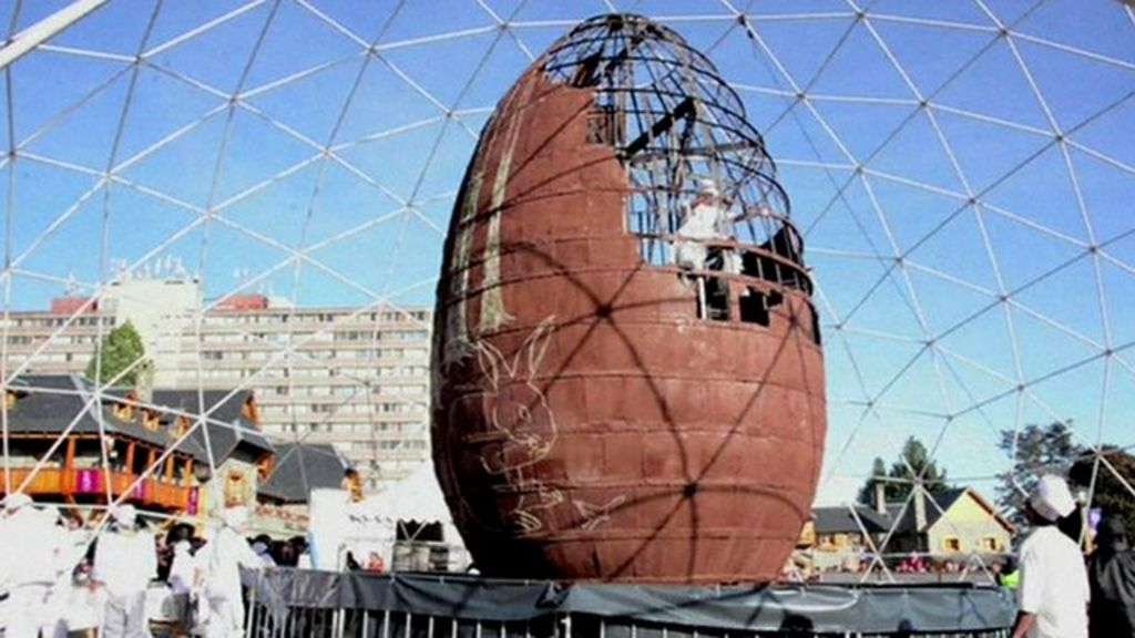 'World's biggest Easter egg' unveiled in Argentina - BBC News