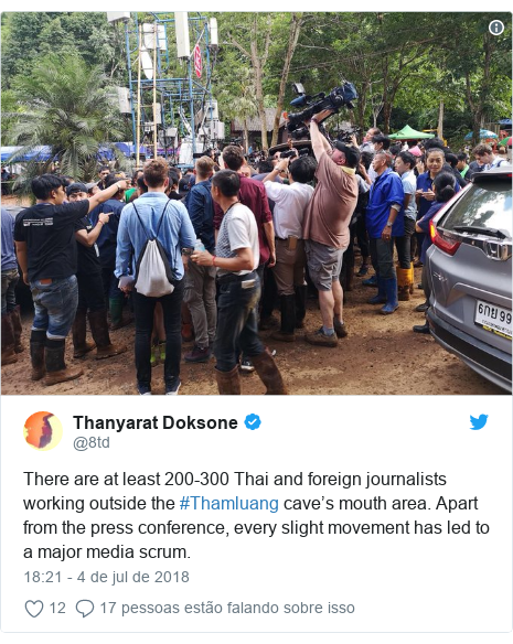 Twitter post de @8td: There are at least 200-300 Thai and foreign journalists working outside the #Thamluang cave's mouth area. Apart from the press conference, every slight movement has led to a major media scrum.