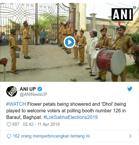 Twitter pesan oleh @ANINewsUP: #WATCH Flower petals being showered and 'Dhol' being played to welcome voters at polling booth number 126 in Baraut, Baghpat. #LokSabhaElections2019