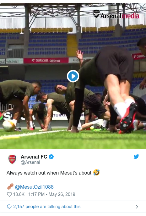 @Arsenal tərəfindən edilən Twitter paylaşımı: Always watch out when Mesut's about 🤣🥜 @MesutOzil1088