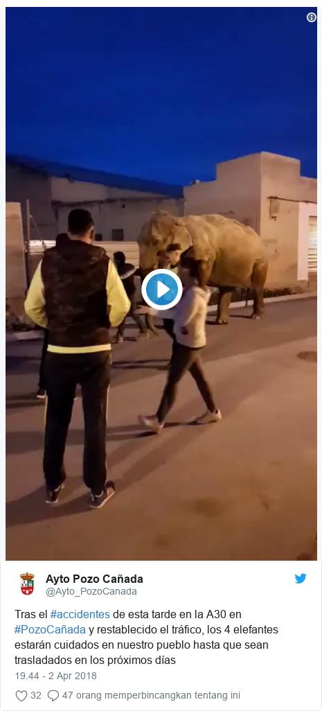 Twitter pesan oleh @Ayto_PozoCanada: Tras el #accidentes de esta tarde en la A30 en #PozoCañada y restablecido el tráfico, los 4 elefantes estarán cuidados en nuestro pueblo hasta que sean trasladados en los próximos días