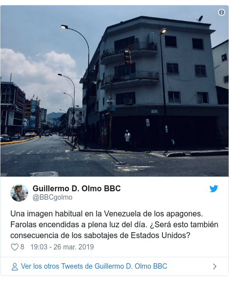 Publicación de Twitter por @BBCgolmo: Una imagen habitual en la Venezuela de los apagones. Farolas encendidas a plena luz del día. ¿Será esto también consecuencia de los sabotajes de Estados Unidos?