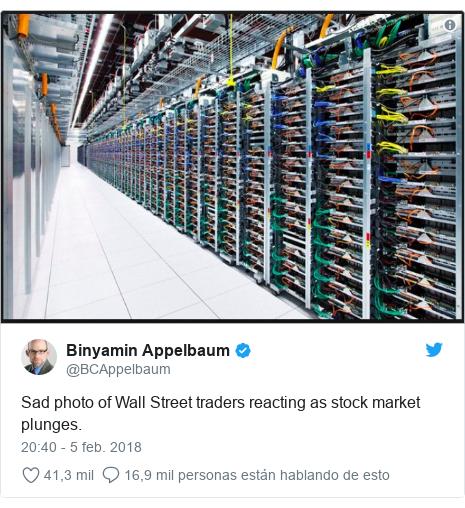 Publicación de Twitter por @BCAppelbaum: Sad photo of Wall Street traders reacting as stock market plunges.