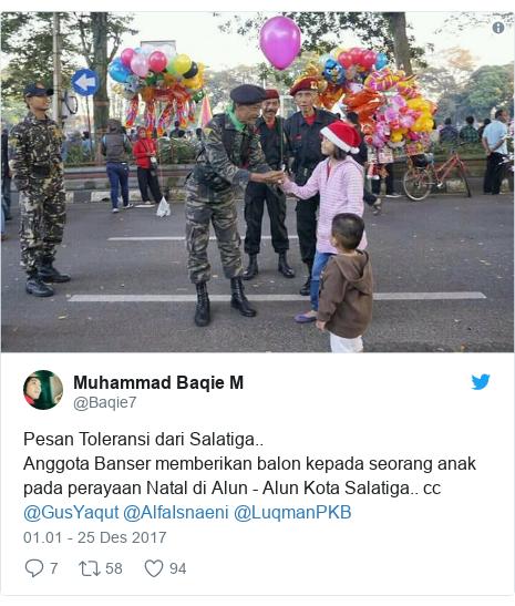Twitter pesan oleh @Baqie7: Pesan Toleransi dari Salatiga..Anggota Banser memberikan balon kepada seorang anak pada perayaan Natal di Alun - Alun Kota Salatiga.. cc @GusYaqut @AlfaIsnaeni @LuqmanPKB