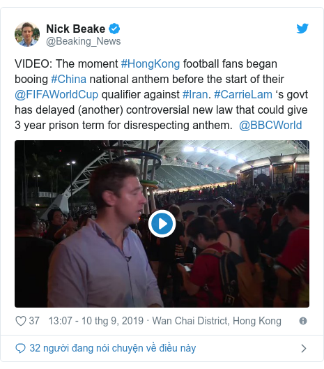 Twitter bởi @Beaking_News: VIDEO  The moment #HongKong football fans began booing #China national anthem before the start of their @FIFAWorldCup qualifier against #Iran. #CarrieLam 's govt has delayed (another) controversial new law that could give 3 year prison term for disrespecting anthem.  @BBCWorld