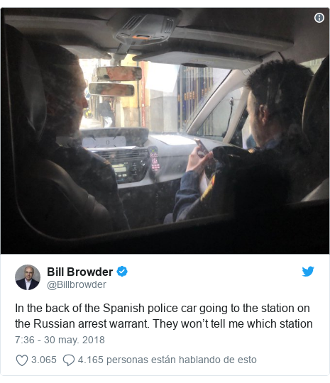 Publicación de Twitter por @Billbrowder: In the back of the Spanish police car going to the station on the Russian arrest warrant. They won't tell me which station