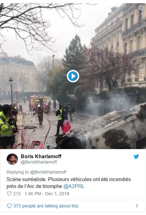 Twitter post by @BorisKharlamoff: Scène surréaliste. Plusieurs véhicules ont été incendiés près de l'Arc de triomphe @A2PRL