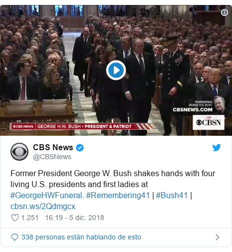 Publicación de Twitter por @CBSNews: Former President George W. Bush shakes hands with four living U.S. presidents and first ladies at #GeorgeHWFuneral. #Remembering41 | #Bush41 |