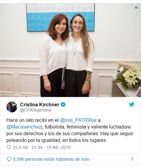 Publicación de Twitter por @CFKArgentina: Hace un rato recibí en el @inst_PATRIAar a @Macasanchezj, futbolista, feminista y valiente luchadora por sus derechos y los de sus compañeras. Hay que seguir peleando por la igualdad, en todos los lugares.