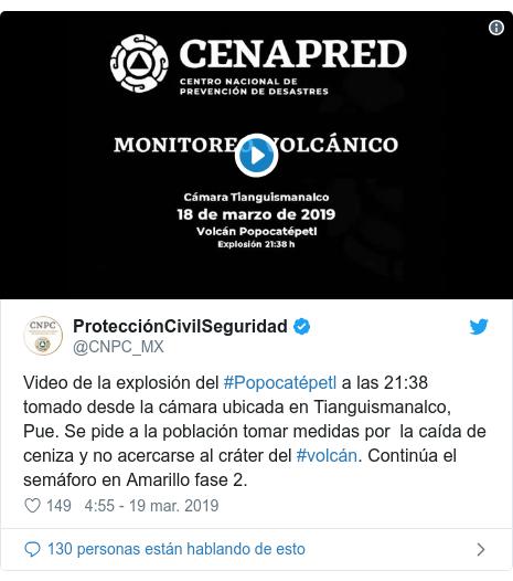 Publicación de Twitter por @CNPC_MX: Video de la explosión del #Popocatépetl a las 21 38 tomado desde la cámara ubicada en Tianguismanalco, Pue. Se pide a la población tomar medidas por  la caída de ceniza y no acercarse al cráter del #volcán. Continúa el semáforo en Amarillo fase 2.