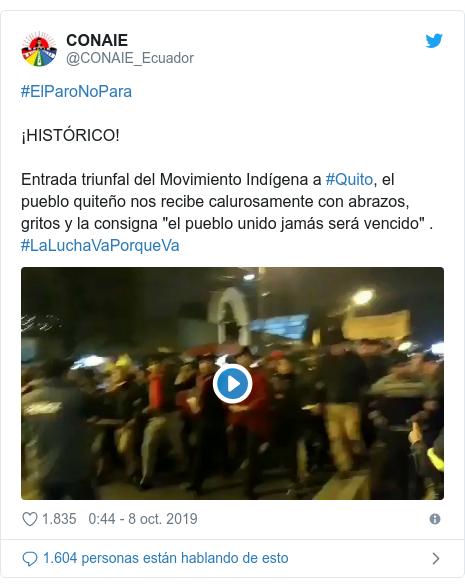 """Publicación de Twitter por @CONAIE_Ecuador: #ElParoNoPara ¡HISTÓRICO! Entrada triunfal del Movimiento Indígena a #Quito, el pueblo quiteño nos recibe calurosamente con abrazos, gritos y la consigna """"el pueblo unido jamás será vencido"""" . #LaLuchaVaPorqueVa"""