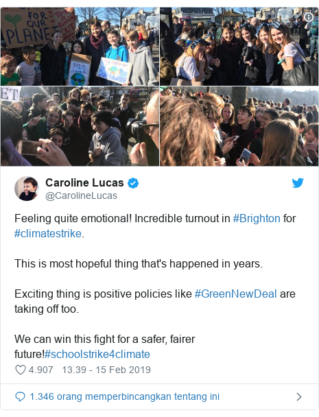 Twitter pesan oleh @CarolineLucas: Feeling quite emotional! Incredible turnout in #Brighton for #climatestrike.This is most hopeful thing that's happened in years.Exciting thing is positive policies like #GreenNewDeal are taking off too.We can win this fight for a safer, fairer future!#schoolstrike4climate