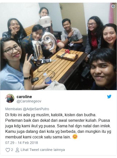 Twitter pesan oleh @Carolinegeov: Di foto ini ada yg muslim, katolik, kisten dan budha. Perteman baik dan dekat dari awal semester kuliah. Puasa juga kdg kami ikut yg puasa. Sama hal dgn natal dan imlek. Kamu juga datang dari kota yg berbeda, dan mungkin itu yg membuat kami cocok satu sama lain. 😊