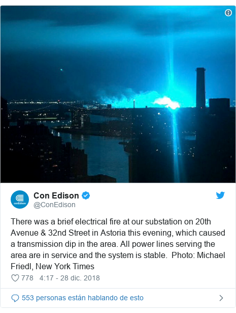 Publicación de Twitter por @ConEdison: There was a brief electrical fire at our substation on 20th Avenue & 32nd Street in Astoria this evening, which caused a transmission dip in the area. All power lines serving the area are in service and the system is stable.  Photo  Michael Friedl, New York Times