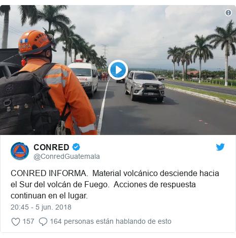 Publicación de Twitter por @ConredGuatemala: CONRED INFORMA.  Material volcánico desciende hacia el Sur del volcán de Fuego.  Acciones de respuesta continuan en el lugar.