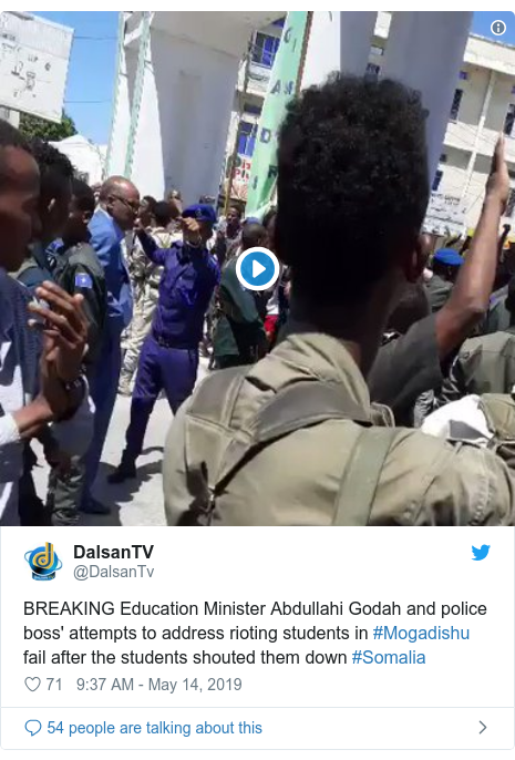 Twitter wallafa daga @DalsanTv: BREAKING Education Minister Abdullahi Godah and police boss' attempts to address rioting students in #Mogadishu  fail after the students shouted them down #Somalia