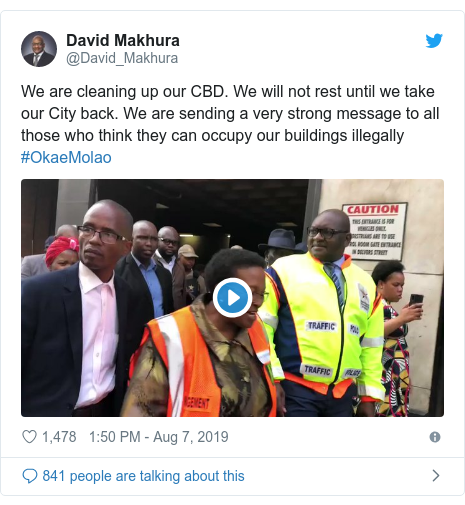 Ujumbe wa Twitter wa @David_Makhura: We are cleaning up our CBD. We will not rest until we take our City back. We are sending a very strong message to all those who think they can occupy our buildings illegally #OkaeMolao
