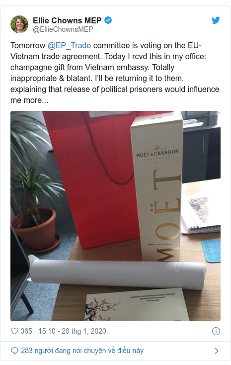 Twitter bởi @EllieChownsMEP: Tomorrow @EP_Trade committee is voting on the EU- Vietnam trade agreement. Today I rcvd this in my office  champagne gift from Vietnam embassy. Totally inappropriate & blatant. I'll be returning it to them, explaining that release of political prisoners would influence me more...