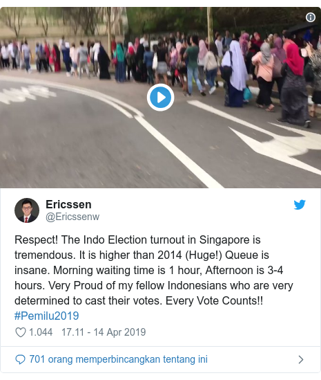 Twitter pesan oleh @Ericssenw: Respect! The Indo Election turnout in Singapore is tremendous. It is higher than 2014 (Huge!) Queue is insane. Morning waiting time is 1 hour, Afternoon is 3-4 hours. Very Proud of my fellow Indonesians who are very determined to cast their votes. Every Vote Counts!! #Pemilu2019