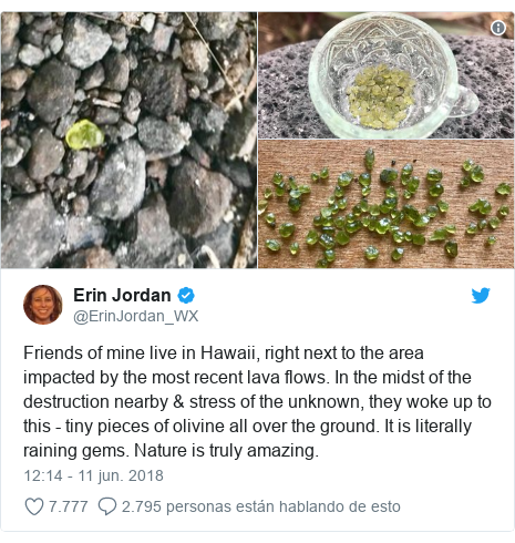 Publicación de Twitter por @ErinJordan_WX: Friends of mine live in Hawaii, right next to the area impacted by the most recent lava flows. In the midst of the destruction nearby & stress of the unknown, they woke up to this - tiny pieces of olivine all over the ground. It is literally raining gems. Nature is truly amazing.