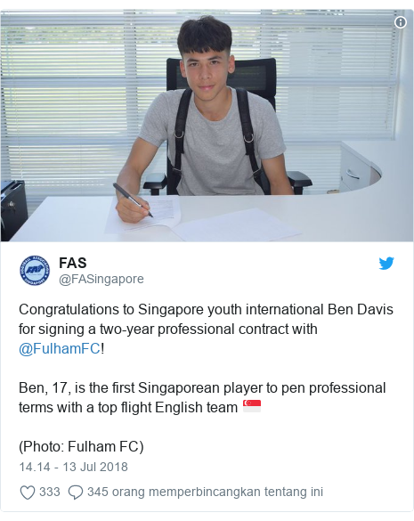 Twitter pesan oleh @FASingapore: Congratulations to Singapore youth international Ben Davis for signing a two-year professional contract with @FulhamFC!Ben, 17, is the first Singaporean player to pen professional terms with a top flight English team 🇸🇬️(Photo  Fulham FC)