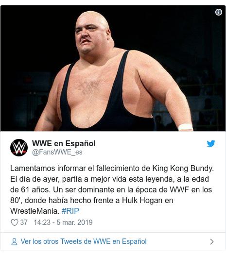 Publicación de Twitter por @FansWWE_es: Lamentamos informar el fallecimiento de King Kong Bundy. El día de ayer, partía a mejor vida esta leyenda, a la edad de 61 años. Un ser dominante en la época de WWF en los 80', donde había hecho frente a Hulk Hogan en WrestleMania. #RIP