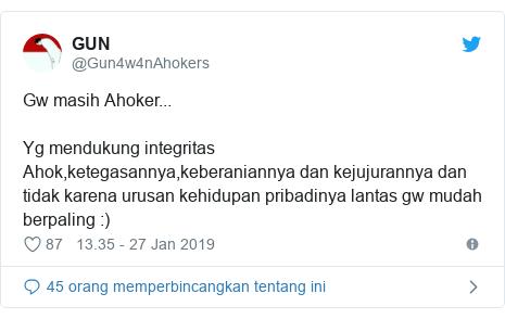Twitter pesan oleh @Gun4w4nAhokers: Gw masih Ahoker...Yg mendukung integritas Ahok,ketegasannya,keberaniannya dan kejujurannya dan tidak karena urusan kehidupan pribadinya lantas gw mudah berpaling  )