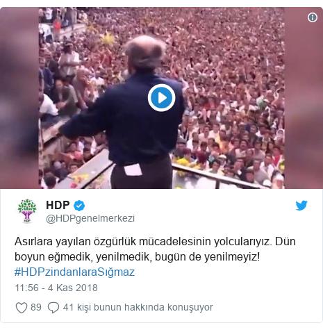 @HDPgenelmerkezi tarafından yapılan Twitter paylaşımı: Asırlara yayılan özgürlük mücadelesinin yolcularıyız. Dün boyun eğmedik, yenilmedik, bugün de yenilmeyiz! #HDPzindanlaraSığmaz