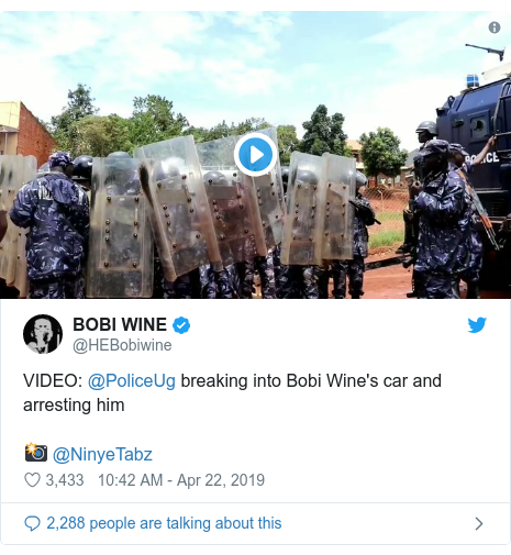 Ujumbe wa Twitter wa @HEBobiwine: VIDEO  @PoliceUg breaking into Bobi Wine's car and arresting him📸 @NinyeTabz