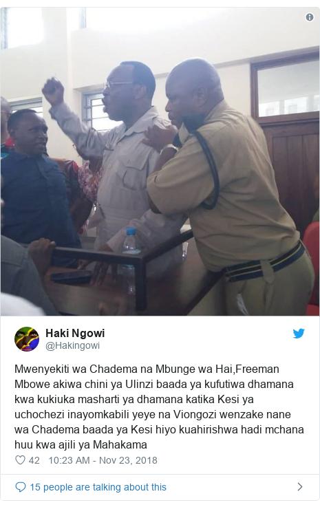 Ujumbe wa Twitter wa @Hakingowi: Mwenyekiti wa Chadema na Mbunge wa Hai,Freeman Mbowe akiwa chini ya Ulinzi baada ya kufutiwa dhamana kwa kukiuka masharti ya dhamana katika Kesi ya uchochezi inayomkabili yeye na Viongozi wenzake nane wa Chadema baada ya Kesi hiyo kuahirishwa hadi mchana huu kwa ajili ya Mahakama