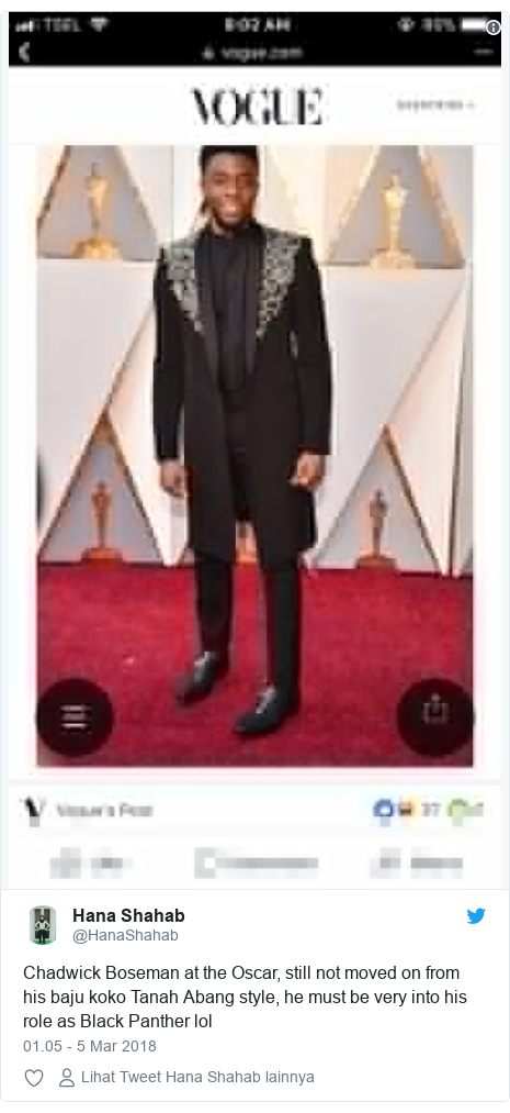 Twitter pesan oleh @HanaShahab: Chadwick Boseman at the Oscar, still not moved on from his baju koko Tanah Abang style, he must be very into his role as Black Panther lol