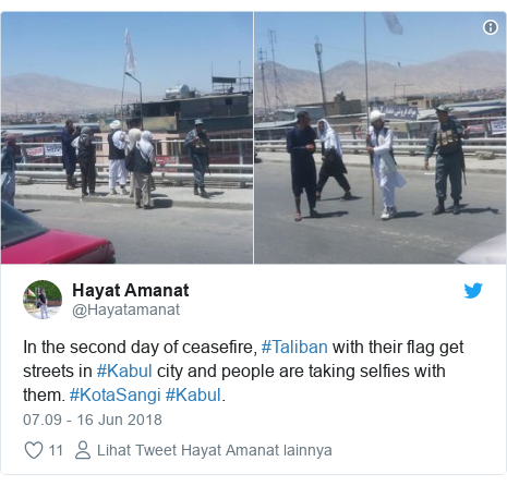 Twitter pesan oleh @Hayatamanat: In the second day of ceasefire, #Taliban with their flag get streets in #Kabul city and people are taking selfies with them. #KotaSangi #Kabul.