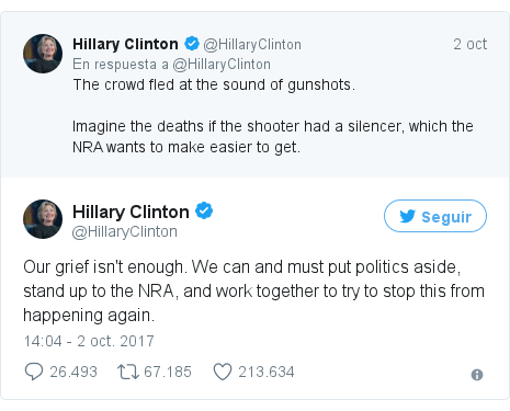 Publicación de Twitter por @HillaryClinton: Our grief isn't enough. We can and must put politics aside, stand up to the NRA, and work together to try to stop this from happening again.