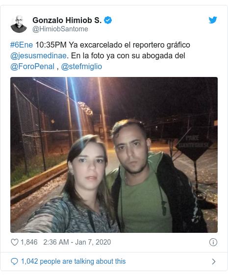 Twitter post by @HimiobSantome: #6Ene 10 35PM Ya excarcelado el reportero gráfico @jesusmedinae. En la foto ya con su abogada del @ForoPenal , @stefmiglio