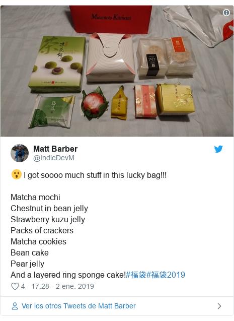 Publicación de Twitter por @IndieDevM: 😮 I got soooo much stuff in this lucky bag!!!Matcha mochi Chestnut in bean jellyStrawberry kuzu jellyPacks of crackersMatcha cookiesBean cakePear jellyAnd a layered ring sponge cake!#福袋#福袋2019