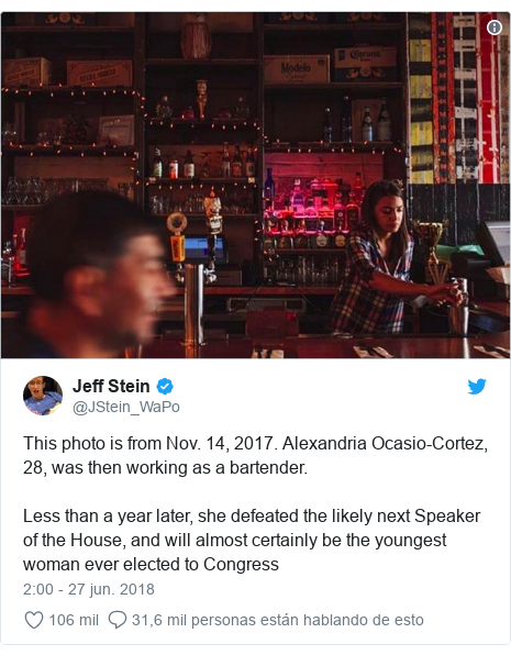 Publicación de Twitter por @JStein_WaPo: This photo is from Nov. 14, 2017. Alexandria Ocasio-Cortez, 28, was then working as a bartender.Less than a year later, she defeated the likely next Speaker of the House, and will almost certainly be the youngest woman ever elected to Congress