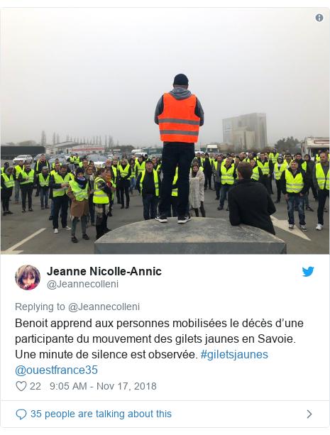 Twitter post by @Jeannecolleni: Benoit apprend aux personnes mobilisées le décès d'une participante du mouvement des gilets jaunes en Savoie. Une minute de silence est observée. #giletsjaunes @ouestfrance35