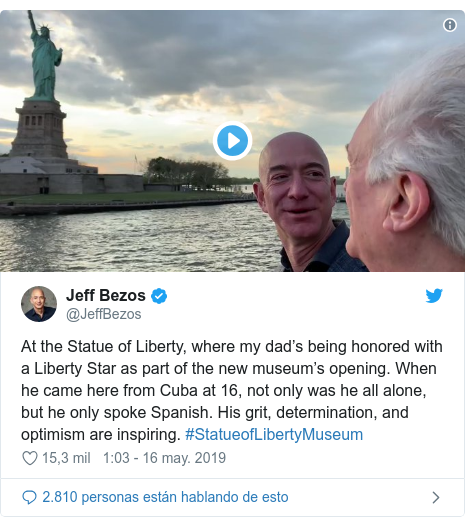 Publicación de Twitter por @JeffBezos: At the Statue of Liberty, where my dad's being honored with a Liberty Star as part of the new museum's opening. When he came here from Cuba at 16, not only was he all alone, but he only spoke Spanish. His grit, determination, and optimism are inspiring. #StatueofLibertyMuseum