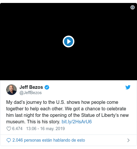 Publicación de Twitter por @JeffBezos: My dad's journey to the U.S. shows how people come together to help each other. We got a chance to celebrate him last night for the opening of the Statue of Liberty's new museum. This is his story.