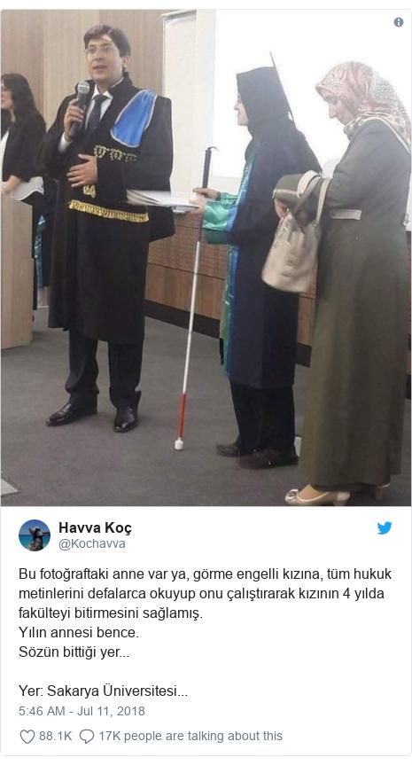 Twitter post by @Kochavva: Bu fotoğraftaki anne var ya, görme engelli kızına, tüm hukuk metinlerini defalarca okuyup onu çalıştırarak kızının 4 yılda fakülteyi bitirmesini sağlamış.Yılın annesi bence.Sözün bittiği yer...Yer  Sakarya Üniversitesi...