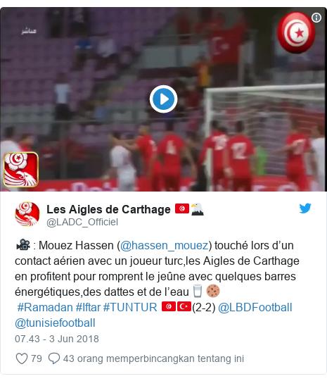 Twitter pesan oleh @LADC_Officiel: 🎥   Mouez Hassen (@hassen_mouez) touché lors d'un contact aérien avec un joueur turc,les Aigles de Carthage en profitent pour romprent le jeûne avec quelques barres énergétiques,des dattes et de l'eau🥛🍪 #Ramadan #Iftar #TUNTUR 🇹🇳🇹🇷(2-2) @LBDFootball @tunisiefootball