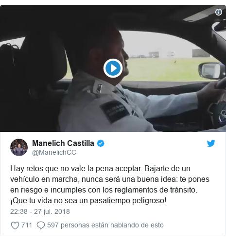 Publicación de Twitter por @ManelichCC: Hay retos que no vale la pena aceptar. Bajarte de un vehículo en marcha, nunca será una buena idea  te pones en riesgo e incumples con los reglamentos de tránsito. ¡Que tu vida no sea un pasatiempo peligroso!