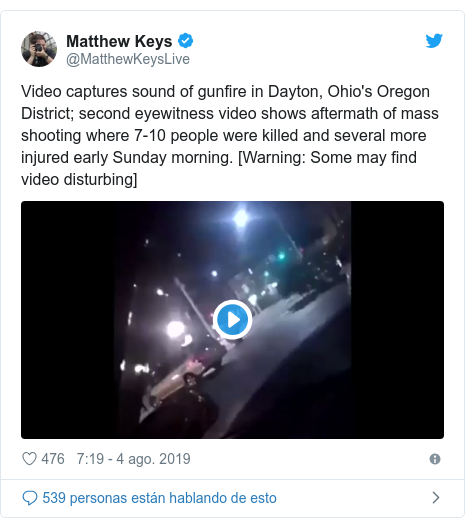 Publicación de Twitter por @MatthewKeysLive: Video captures sound of gunfire in Dayton, Ohio's Oregon District; second eyewitness video shows aftermath of mass shooting where 7-10 people were killed and several more injured early Sunday morning. [Warning  Some may find video disturbing]