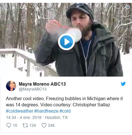 Publicación de Twitter por @MayraABC13: Another cool video. Freezing bubbles in Michigan where it was 14 degrees. Video courtesy  Christopher Sallaz #coldweather #hardfreeze #cold
