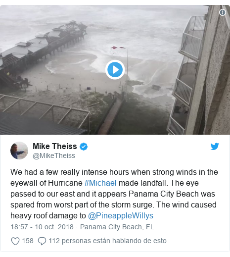 Publicación de Twitter por @MikeTheiss: We had a few really intense hours when strong winds in the eyewall of Hurricane #Michael made landfall. The eye passed to our east and it appears Panama City Beach was spared from worst part of the storm surge. The wind caused heavy roof damage to @PineappleWillys