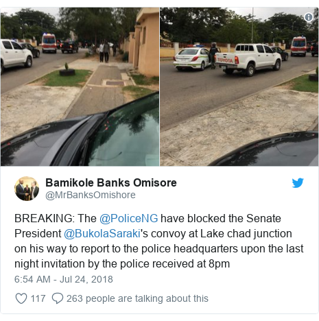 Twitter wallafa daga @MrBanksOmishore: BREAKING  The @PoliceNG have blocked the Senate President @BukolaSaraki's convoy at Lake chad junction on his way to report to the police headquarters upon the last night invitation by the police received at 8pm
