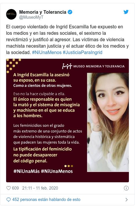 Publicación de Twitter por @MuseoMyT: El cuerpo violentado de Ingrid Escamilla fue expuesto en los medios y en las redes sociales, el sexismo la revictimizó y justificó al agresor. Las víctimas de violencia machista necesitan justicia y el actuar ético de los medios y la sociedad. #NiUnaMenos #JusticiaParaIngrid