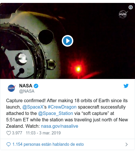 "Publicación de Twitter por @NASA: Capture confirmed! After making 18 orbits of Earth since its launch, @SpaceX's #CrewDragon spacecraft successfully attached to the @Space_Station via ""soft capture"" at 5 51am ET while the station was traveling just north of New Zealand. Watch"