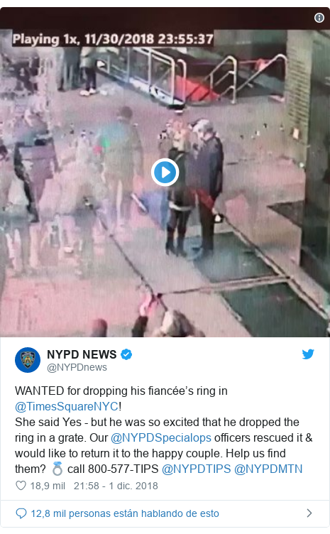 Publicación de Twitter por @NYPDnews: WANTED for dropping his fiancée's ring in @TimesSquareNYC! She said Yes - but he was so excited that he dropped the ring in a grate. Our @NYPDSpecialops officers rescued it & would like to return it to the happy couple. Help us find them? 💍 call 800-577-TIPS @NYPDTIPS @NYPDMTN